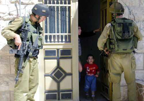 al_khalil_38_israeli_soldiers_detained_palestinians_at_their_home_june_10_2003_photo_by